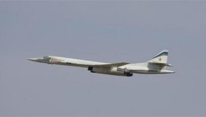 Máy bay ném bom chiến lược siêu âm Tu-160 Nga