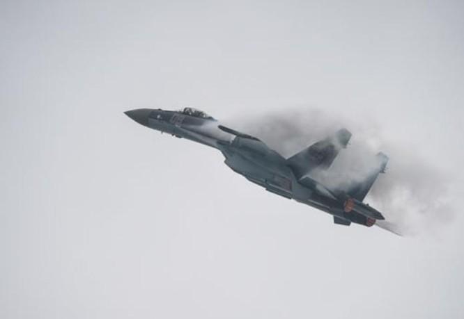 Máy bay chiến đấu Su-35 Nga bay biểu diễn ở Trung tâm triển lãm hàng không Chu Hải Trung Quốc ngày 10/11/2014. Ảnh: Cankao
