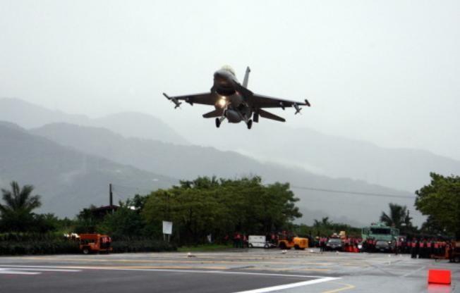 Máy bay chiến đấu F-16A Đài Loan tiến hành huấn luyện (ảnh tư liệu)