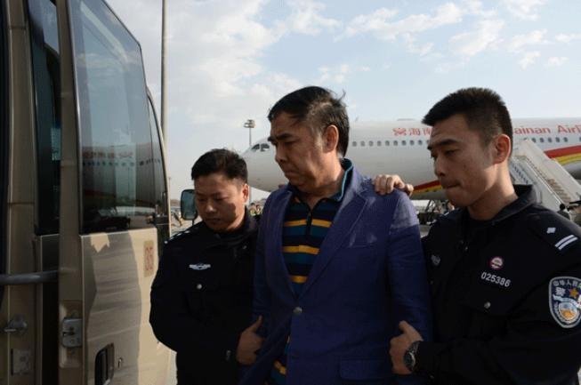 Một quan tham chạy ra nước ngoài, bị Cảnh sát Trung Quốc bắt giữ đưa về nước. Ảnh: QQ