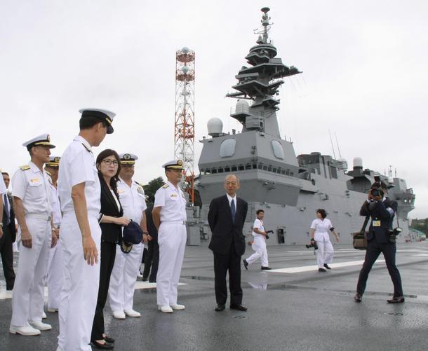 Bộ trưởng Quốc phòng Nhật Bản Tomomi Inada thị sát tàu sân bay trực thăng Izumo ở Yokosuka, tỉnh Kanagawa, Nhật Bản. Ảnh: Japantimes