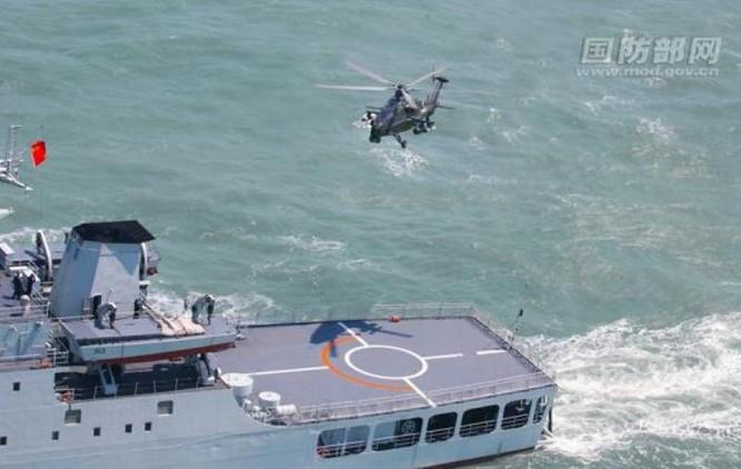 Máy bay trực thăng Z-10 cất hạ cánh trên sàn tàu đổ bộ Type 071A. Ảnh: mod.gov.cn