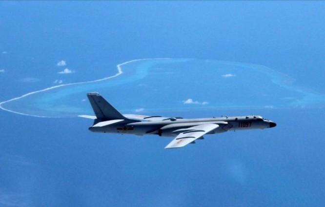 Máy bay ném bom H-6K tuần tra phi phát trên bầu trời bãi cạn Scarborough. Ảnh: Đa Chiều.