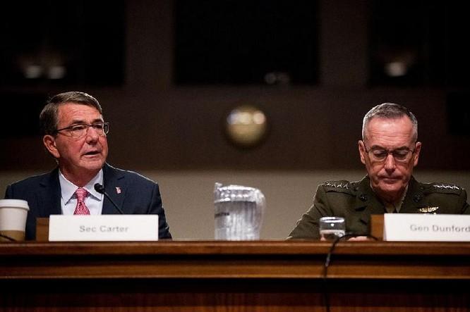 Bộ trưởng Quốc phòng Mỹ Ashton B. Carter và Chủ tịch Hội đồng Tham mưu trưởng Liên quân Mỹ Joseph Dunford tại phiên điều trần của Ủy ban Quân vụ Thượng viện Mỹ ngày 22/9/2016. Ảnh: arkansasonline