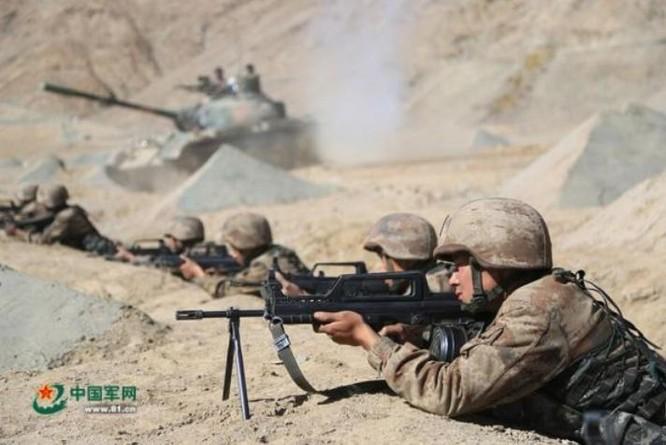 Trong một cuộc diễn tập, binh sĩ Trung Quốc sau khi chiếm được địa hình có lợi, nhanh chóng ẩn nấp và bắn. Ảnh: Cankao