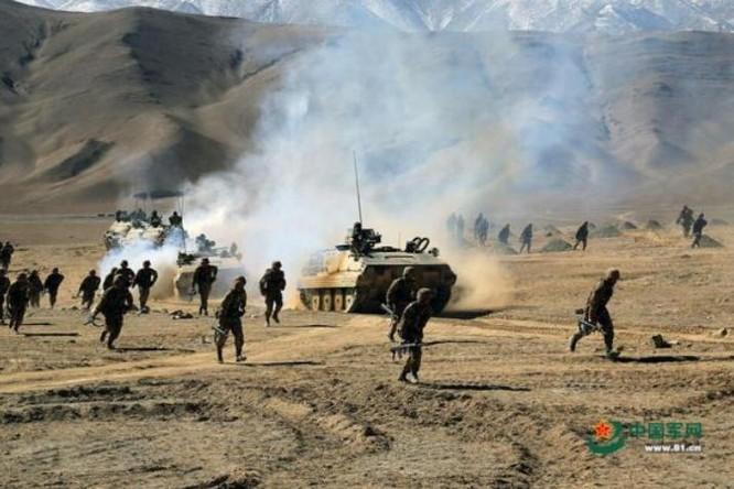 Phân đội bộ binh Quân đội Trung Quốc thực hành đánh chiếm điểm cao. Ảnh: Cankao