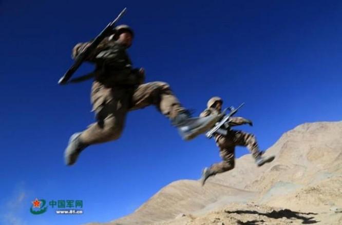 Trong một cuộc diễn tập, phân đội tiến hành trinh sát đến gần trinh sát. Ảnh: Cankao