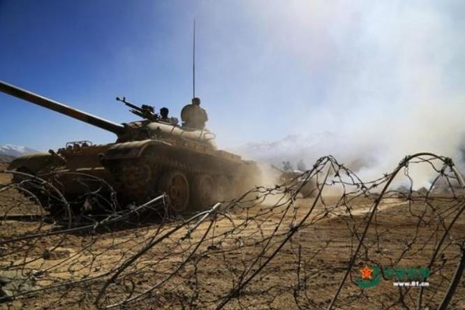 Tiểu đoàn hợp thành bọc thép của Quân đội Trung Quốc tiến hành diễn tập. Ảnh: Cankao
