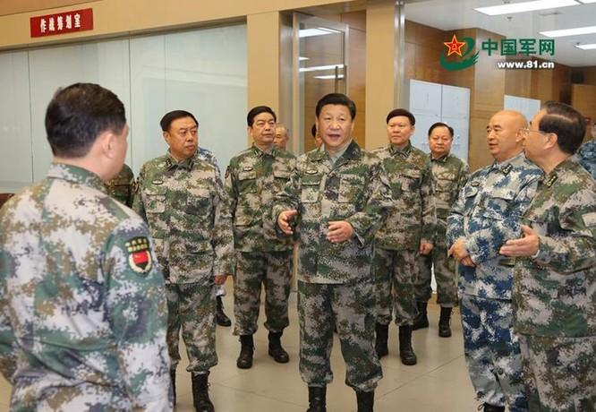 Ông Tập Cận Bình, Chủ tịch Trung Quốc đã đưa ra nhiều quan điểm về xây dựng, cải cách quốc phòng và quân đội. Trong hình là ông Bình đi thị sát Trung tâm chỉ huy tác chiến liên hợp Quân ủy Trung ương Trung Quốc vào ngày 20/4/2016. Ảnh: 81.cn