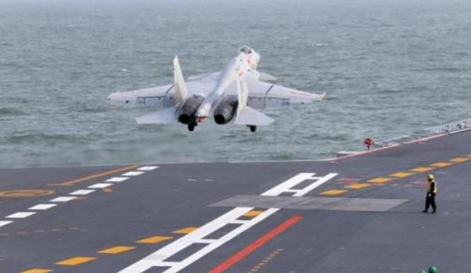 Máy bay chiến đấu J-15 Trung Quốc tập cất hạ cánh trên tàu sân bay Liêu Ninh. Ảnh: Cankao