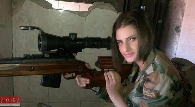 Nữ xạ thủ bắn tỉa Quân đội Syria sử dụng súng ngắm MTs-116M của Nga. Ảnh: Cankao