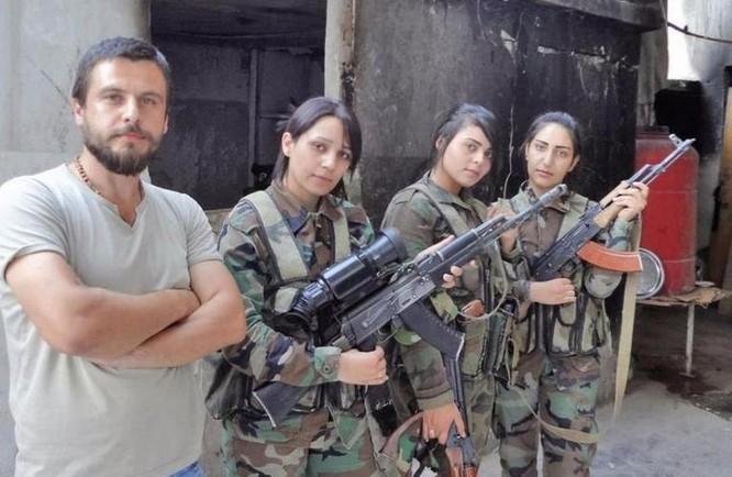 Các nữ binh sĩ Quân đội Syria sử dụng súng trường tự động AK-74M có gắn thiết bị nhìn đêm. Ảnh: Cankao