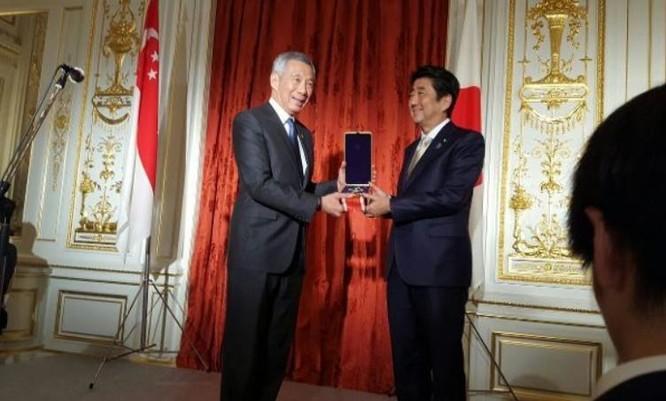 Thủ tướng Singapore Lý Hiển Long nhận huân chương Mặt trời mọc dành cho cố Thủ tướng Singapore Lý Quang Diệu, do Thủ tướng Nhật Bản trao tặng. Ảnh: Kopitiambot