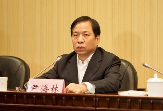 Ngày 22/8/2016, Doãn Hải Lâm, Phó chủ tịch thành phố Thiên Tân, Trung Quốc ngã ngựa. Ảnh: Sina