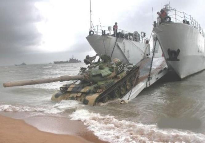 Tàu đổ bộ hai thân Type 074A của Quân đội Trung Quốc. Ảnh: Thời báo Hoàn Cầu