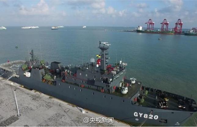 Tàu bảo đảm tổng hợp mới GY820, dài 90 m, rộng 14,6 m, lượng giãn nước 2.700 tấn, là tàu chiến lớn nhất của Lục quân Trung Quốc. Ảnh: Đa Chiều.