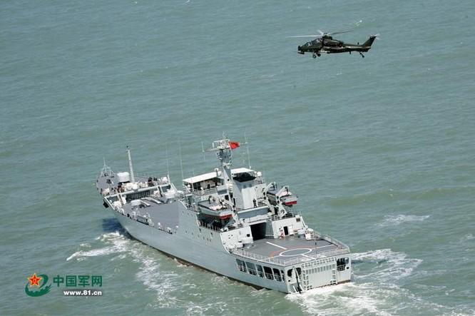Máy bay trực thăng vũ trang Z-10 bay thử nghiệm trên tàu đổ bộ xe tăng Bát Tiên Sơn số hiệu 913 Type 072III của Hạm đội Đông Hải, Hải quân Trung Quốc. Ảnh: Sina