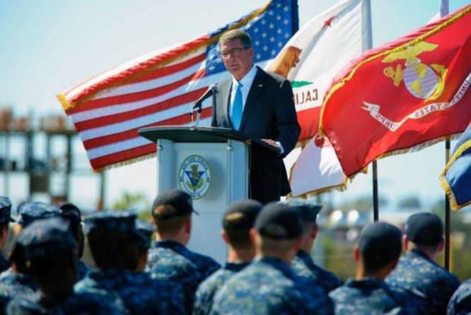 Ngày 29/9/2016, Bộ trưởng Quốc phòng Mỹ Ashton B. Carter phát biểu trên tàu sân bay USS Carl Vinson. Ảnh: AP