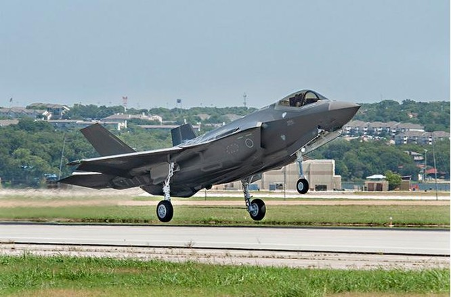 Trung tuần tháng 8/2016, chiếc máy bay chiến đấu tàng hình F-35 đầu tiên của Lực lượng Phòng vệ Trên không Nhật Bản được chế tạo xong. Ảnh: báo Phượng Hoàng.
