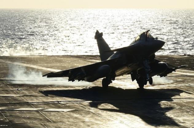 Máy bay chiến đấu Rafale cất cánh từ tàu sân bay động cơ hạt nhân Charles de Gaulle Hải quân Pháp. Ảnh: AFP