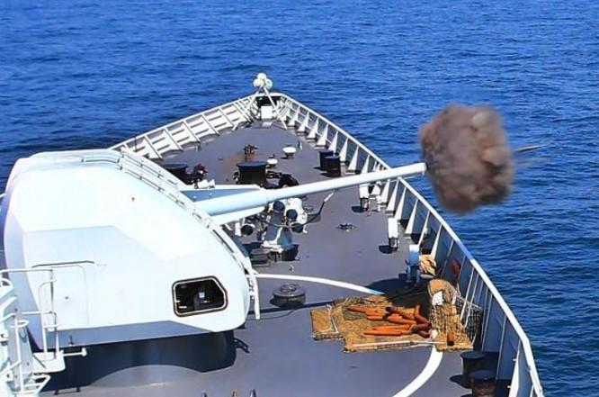 Ngày 18/9/2016, tàu khu trục Quảng Châu, Hạm đội Nam Hải, Hải quân Trung Quốc tham gia bắn đạt thật trong cuộc tập trận chung giữa Hải quân Trung Quốc và Nga ở Biển Đông. Ảnh: Đại Công báo.