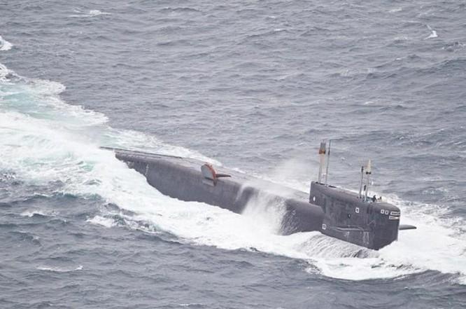 Tàu ngầm trong đội hình cụm chiến đấu tàu sân bay Kuznetsov Nga đến Địa Trung Hải. Ảnh: Daily Mail.