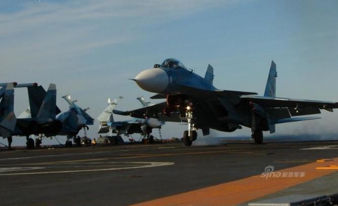 Máy bay chiến đấu Su-33 Nga tiến hành huấn luyện ở biển xa. Ảnh: Sina