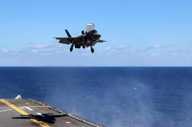 Máy bay chiến đấu tàng hình F-35B chuẩn bị hạ cánh trên boong tàu tấn công đổ bộ USS Wasp. Ảnh: Bành Bái.