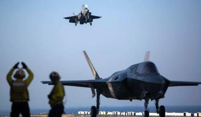 Máy bay chiến đấu tàng hình F-35B hạ cánh trên boong tàu tấn công đổ bộ USS Wasp. Ảnh: Bành Bái.