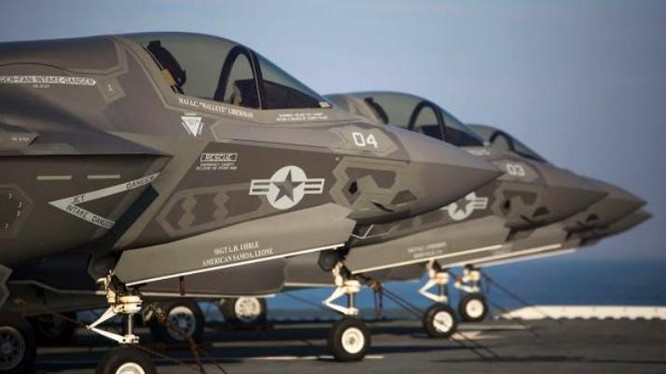 Máy bay chiến đấu tàng hình F-35B trên boong tàu tấn công đổ bộ USS Wasp. Ảnh: Bành Bái