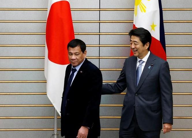 Ngày 26/10/2016 tại Tokyo, Tổng thống Philippines Rodrigo Duterte và Thủ tướng Nhật Bản Shinzo Abe tiến hành hội đàm. Ảnh: ABS-CBN News