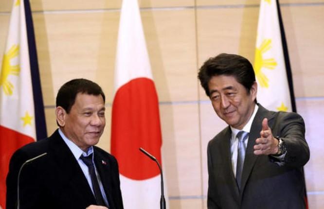 Từ ngày 25 đến ngày 27/10/2016, Tổng thống Philippines Rodrigo Duterte thăm Nhật Bản, có cuộc hội đàm với Thủ tướng Nhật Bản Shinzo Abe vào ngày 26/10/2016. Ảnh: Inquirer Global Nation
