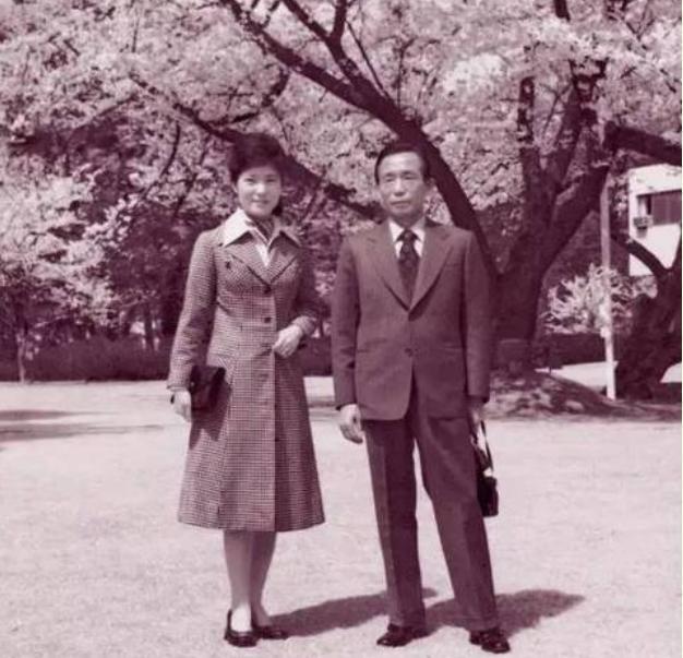 Bà Park Geun-hye và người cha Park Chung-hee. Ảnh: Người quan sát, Trung Quốc