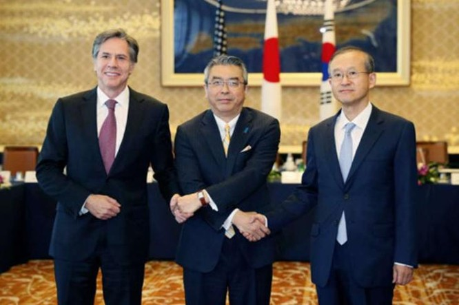 Ngày 27/10/2016, Thứ trưởng Ngoại giao Mỹ Tony Blinken, Thứ trưởng Ngoại giao Nhật Bản Shinsuke Sugiyama và Thứ trưởng Ngoại giao Hàn Quốc Lim Sung-nam đã tổ chức hội đàm tại Thủ đô Tokyo, Nhật Bản. Ảnh: AP.