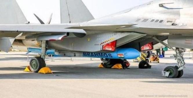 Tên lửa hành trình siêu âm BrahMos lắp cho máy bay chiến đấu Su-30MKI của Không quân Ấn Độ. Ảnh: Sina