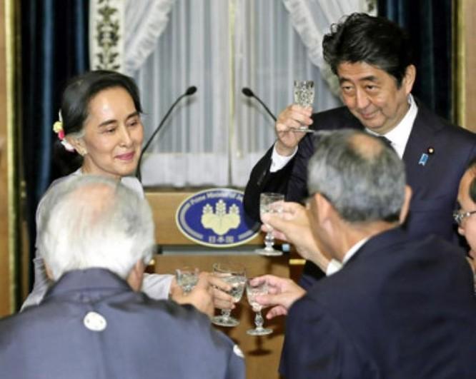 Bà Aung San Suu Kyi và Thủ tướng Nhật Bản Shinzo Abe. Ảnh: Kyodo News