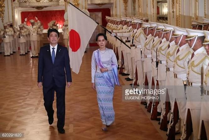 Ngày 2/11/2016, Thủ tướng Nhật Bản Shinzo Abe tổ chức lễ đón bà Aung San Suu Kyi, Cố vấn nhà nước kiêm Bộ trưởng Ngoại giao Myanmar. Ảnh: Gettyimages