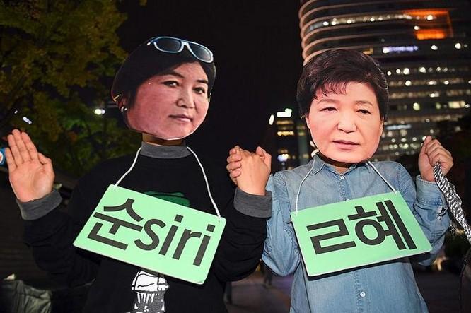 Ngày 27/10/2016, người dân Hàn Quốc tiến hành biểu tình quy mô lớn ở Seoul, họ đã hóa trang thành bà Park Geun-hye và người bạn thân Choi Soon-sil để lên án vụ bê bối. Ảnh: Cankao