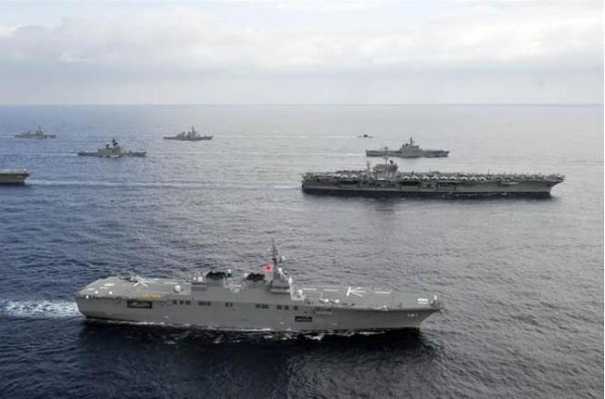 Hạm đội Lực lượng Phòng vệ Biển Nhật Bản và cụm chiến đấu tàu sân bay USS George Washington Mỹ trong cuộc tập trận Keen Sword diễn ra ngày 16/11/2012. Ảnh: Chinatimes/AP.