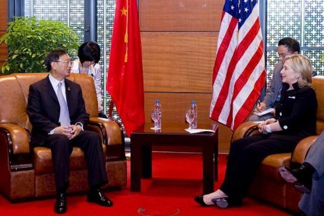 Ngoại trưởng Mỹ Hillary Clinton và người đồng cấp Trung Quốc Dương Khiết Trì tại Hà Nội ngày 23/7/2010. Ảnh: Tân Hoa xã