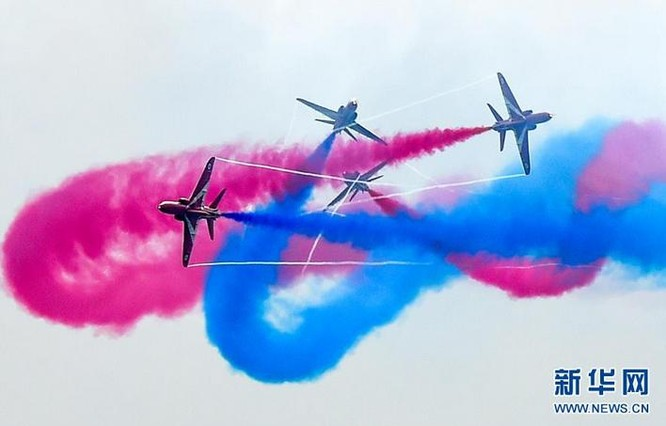 Đội bay nhào lộn Anh tại Triển lãm hàng không vũ trụ quốc tế Trung Quốc lần thứ 11 ở Chu Hải ngày 1/11/2016. Ảnh: Tân Hoa xã.