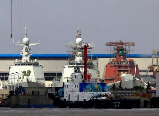 Tàu khu trục tên lửa Type 052D đang được chế tạo tại nhà máy đóng tàu. Ảnh: Cankao