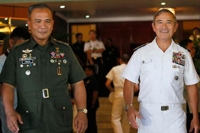 Ngày 22/11/2016 tại Manila, Philippines, Đô đốc Harry B. Harris, Tư lệnh Bộ Tư lệnh Thái Bình Dương Mỹ và tướng Ricardo Visaya, Tham mưu trưởng Quân đội Philippines tiến hành hội đàm. Ảnh: Philippine News Now