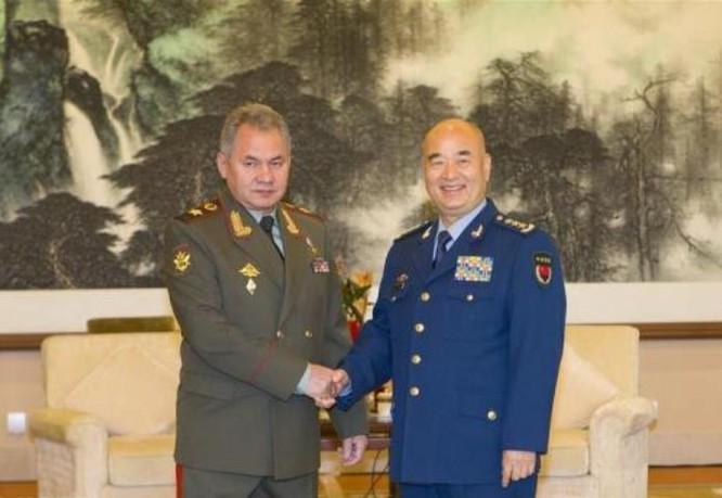 Ngày 23/11/2016, Bộ trưởng Quốc phòng Nga Sergei Shoigu hội đàm với Phó Chủ tịch Quân ủy Trung ương Trung Quốc, thượng tướng Hứa Kỳ Lượng. Ảnh: Bành Bái