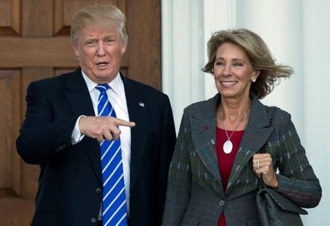 Tổng thống đắc cử Mỹ Donald Trump đề cử bà Betsy DeVos, cựu Chủ tịch Đảng Cộng hòa ở bang Michigan làm Bộ trưởng Giáo dục Mỹ. Ảnh: CNN