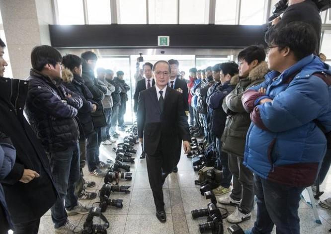 Ngày 23/11/2016, Đại sứ Nhật Bản tại Hàn Quốc Yasumasa Nagamine đến ký kết Hiệp định chia sẻ tin tức tình báo với Hàn Quốc, bị phóng viên Hàn Quốc phản đối. Ảnh: Thời báo Hoàn Cầu