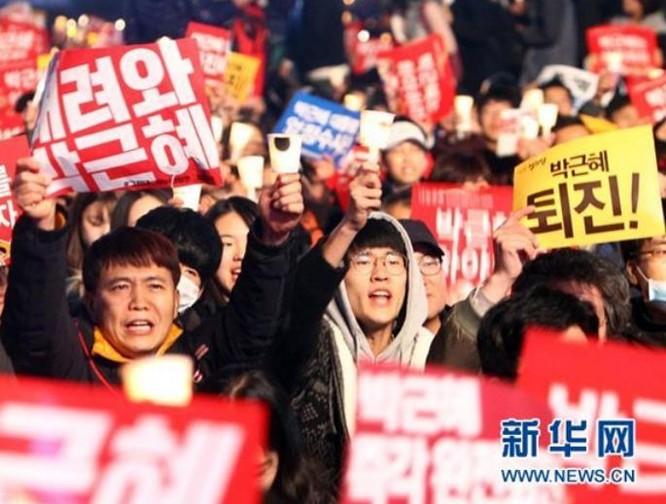 Người dân Hàn Quốc biểu tình phản đối Tổng thống Hàn Quốc, bà Park Geun-hye. Ảnh: Tân Hoa xã