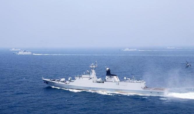 Ngày 1/8/2016, ba hạm đội lớn của Hải quân Trung Quốc tiến hành tập trận bắn đạn thật ở biển Hoa Đông. Trong hình là tàu Trịnh Châu bắn tên lửa đối hải. Ảnh: Chinanews