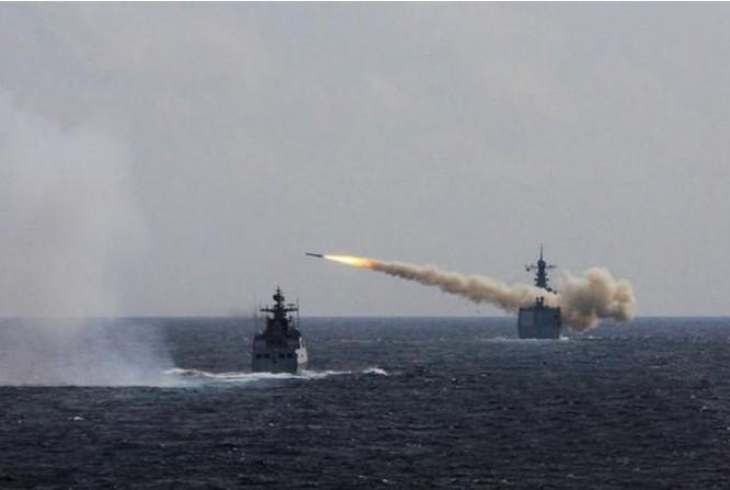 Ngày 1/8/2016, ba hạm đội lớn của Hải quân Trung Quốc tiến hành tập trận bắn đạn thật ở biển Hoa Đông. Trong hình là tàu Trịnh Châu bắn tên lửa đối hải. Ảnh: QQ