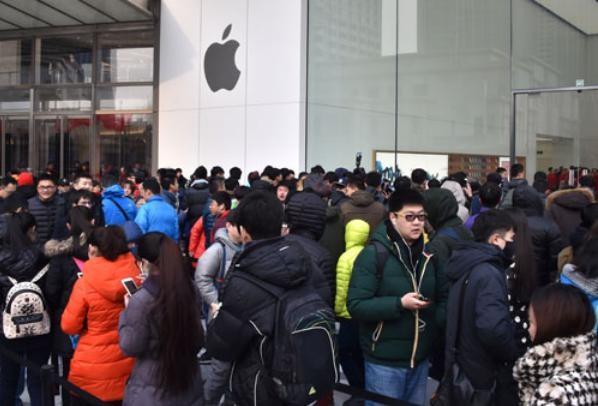 Người Trung Quốc xếp hàng mua điện thoại thông minh iPhone. Ảnh: Cankao